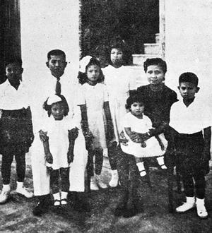 """ภาพถ่าย ปรีดี-พูนศุข และลูกทั้ง ๖ คน เป็นภาพถ่ายครอบครัวภาพแรกและภาพเดียวที่อยู่กันพร้อมหน้า เพราะหลังจากนั้นครอบครัวก็เผชิญมรสุมทางการเมือง และตกอยู่ในสภาพ """"บ้านแตกสาแหรกไม่ขาด"""""""