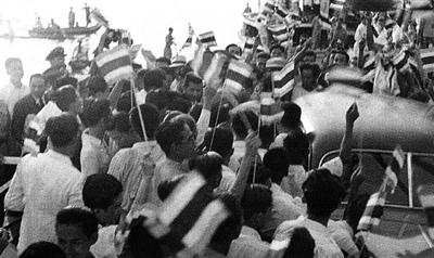 ประชาชนจำนวนมากมารอรับนายปรีดี พนมยงค์ ที่ท่าเรือคลองเตย ภายหลังเดินทางกลับจากต่างประเทศ มกราคม ๒๔๙๐